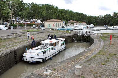 Oval locks where Canal du Midi
