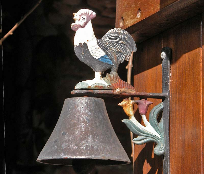 Classic door bell and rooster, plantour0019s.jpg (4 k)