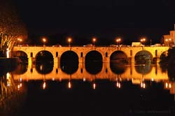 Sommières' Roman bridge at night